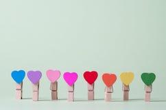 clothespins pojęcie tłoczy się pozycja rząd pozycję Obrazy Royalty Free
