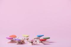 clothespins pojęcie tłoczy się pozycja rząd pozycję Obraz Stock
