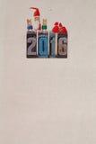clothespins Santa Claus mit Kindern und Geschenken auf dem 2016-jährigen geschrieben mit farbigem Weinlesebriefbeschwerer Stockbild