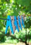 Clothespins su cavo immagini stock libere da diritti