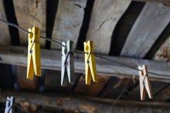 Clothespins sulla corda immagini stock