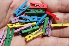 Clothespins w ręce Obrazy Stock