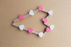 Clothespins z sercami są Notepad Błękitny tło papier Obraz Stock