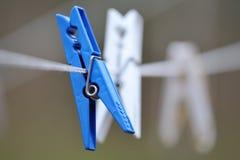 Clothespins zrozumienie na sznurze Fotografia Stock