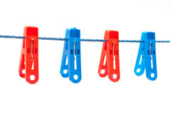 Clothespinsbedeutung auf einem Netzkabel lizenzfreies stockfoto