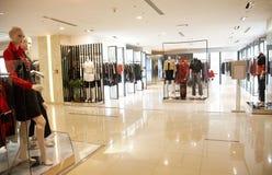 clothing shoppar kvinnor Arkivbilder