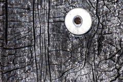 Clou rouillé avec un joint martelé dans un mur avec une texture matérielle de imperméabilisation criquée image libre de droits