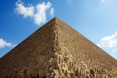 Cloudï ¼ Himmel und Pyramide Stockfotografie