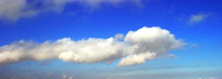 Cloud. A solitary cumulus mediocris cloud in blue sky Royalty Free Stock Photos