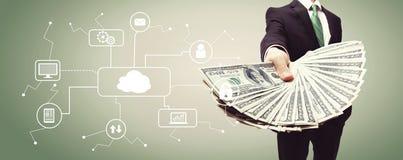 Cloud Computing avec l'homme d'affaires avec l'argent liquide photos libres de droits