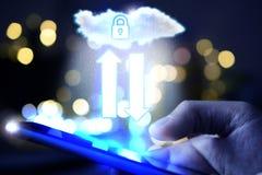 Cloud Computing con la persona que sostiene un smartphone en backgr de la noche fotografía de archivo libre de regalías