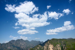 Cloud and mountain. White cloud in blue sky above mountains Royalty Free Stock Photos