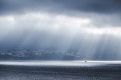 cloud samochodów promie ciemnej formy burzliwe widok Zatoka Tangier, Maroko zdjęcie stock