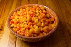 Cloudberries em uma placa da argila Imagem de Stock Royalty Free