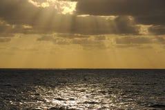 Cloudburst di tramonto in mare Fotografie Stock