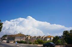 Cloude grande acima da comunidade imagem de stock royalty free