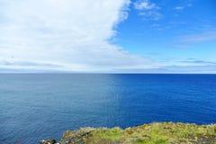 Cloudfrount tworzy różnych cienie błękit w Islandzkim morzu zdjęcia stock