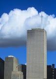 clouds att hota för skyskrapor Fotografering för Bildbyråer