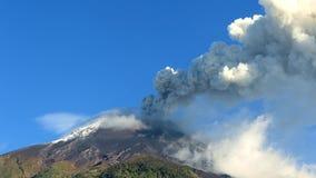 clouds beautifully den ecuador lavaströmförsörjningen öppnar höger flodtungurahua upp vulkan arkivfilmer