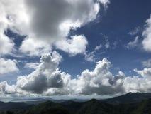 clouds berg över royaltyfri foto