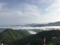 clouds berg över arkivbilder