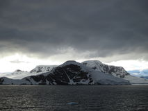 clouds berg över Royaltyfria Bilder