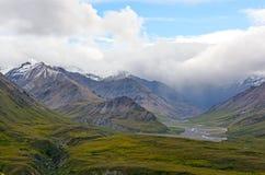 clouds berg över storm fotografering för bildbyråer