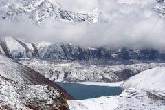 clouds berg för den glaciärhimalaya laken över Arkivbild