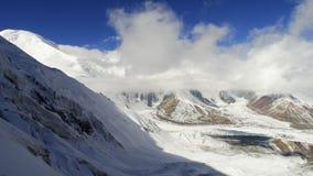 clouds berg glaciär Pamir Royaltyfria Bilder