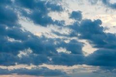clouds den dramatiska stormen Arkivfoton
