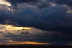 clouds den dramatiska stormen Arkivbilder