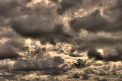 clouds den gråa stormen Arkivbilder