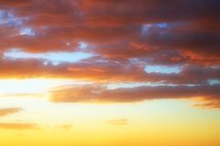 clouds den guld- skyen Arkivbilder