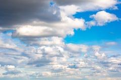 clouds den härliga bluen för bakgrund skyen clouds skyen Arkivbild