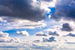 clouds den härliga bluen för bakgrund skyen clouds skyen Arkivbilder