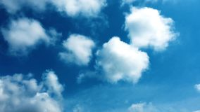 clouds den härliga bluen för bakgrund skyen clouds skyen Himmel med blått för moln för molnvädernatur bluen clouds skysunen stock video