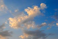 clouds den härliga bluen för bakgrund skyen clouds skyen Himmel med Arkivbilder