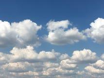clouds den härliga bluen för bakgrund skyen clouds skyen Himmel med blått för moln för molnvädernatur Arkivbilder