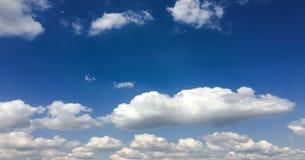 clouds den härliga bluen för bakgrund skyen clouds skyen Himmel med blått för moln för molnvädernatur Royaltyfria Bilder