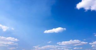 clouds den härliga bluen för bakgrund skyen clouds skyen Himmel med blått för moln för molnvädernatur Arkivbild