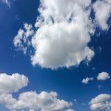 clouds den härliga bluen för bakgrund skyen clouds skyen Himmel med blått för moln för molnvädernatur Arkivfoton