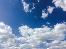 clouds den härliga bluen för bakgrund skyen clouds skyen Himmel med blått för moln för molnvädernatur Arkivfoto