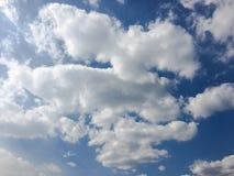 clouds den härliga bluen för bakgrund skyen clouds skyen Himmel med blått för moln för molnvädernatur bluen clouds skysunen Fotografering för Bildbyråer