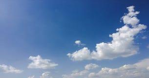 clouds den härliga bluen för bakgrund skyen clouds skyen Himmel med blått för moln för molnvädernatur bluen clouds skysunen Royaltyfria Foton