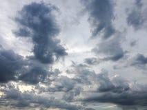 clouds den härliga bluen för bakgrund skyen clouds skyen Himmel med blått för moln för molnvädernatur bluen clouds skysunen Royaltyfri Bild