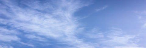 clouds den härliga bluen för bakgrund skyen clouds skyen Himmel med blått för moln för molnvädernatur bluen clouds skysunen Royaltyfri Fotografi