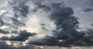 clouds den härliga bluen för bakgrund skyen clouds skyen Himmel med blått för moln för molnvädernatur bluen clouds skysunen Arkivbilder