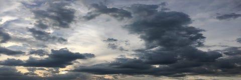 clouds den härliga bluen för bakgrund skyen clouds skyen Himmel med blått för moln för molnvädernatur bluen clouds skysunen Royaltyfri Foto