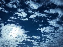 clouds den härliga bluen för bakgrund skyen clouds skyen Himmel med blått för moln för molnvädernatur bluen clouds skysunen Arkivfoto
