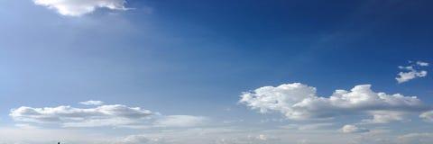 clouds den härliga bluen för bakgrund skyen clouds skyen Himmel med blått för moln för molnvädernatur bluen clouds skysunen Arkivbild